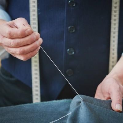 Ultimant els detalls d'un pantaló a mida